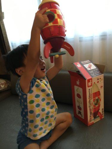 Мальчик играет в конструктор с магнитами