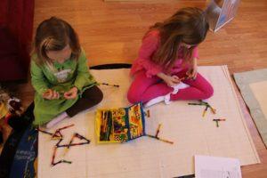 Дети играют с магнитным конструктором
